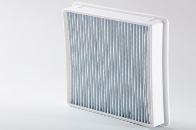 Грязный пылевой фильтр. фильтр пылесоса на белом фоне