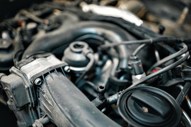 Грязный двигатель под капотом автомобиля крупным планом
