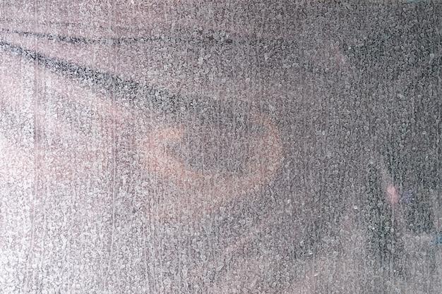 많은 흰색 건조 방울과 창의 더러운 유리. 유리 개념에 빗방울