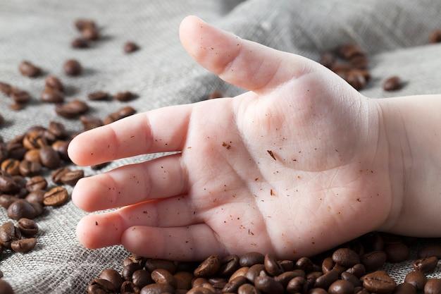 빵 부스러기의 더러운 손과 손바닥에 누워있는 성숙한 손바닥의 쓰레기
