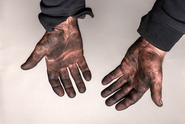 灰色の壁に車のマスート(黒い油)の汚れた手。
