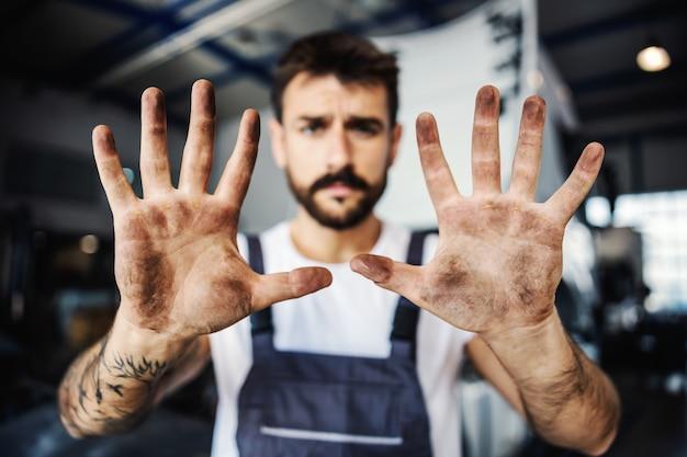 Грязные руки трудолюбивого сотрудника в спецодежде. концепция ручных рабочих мест.