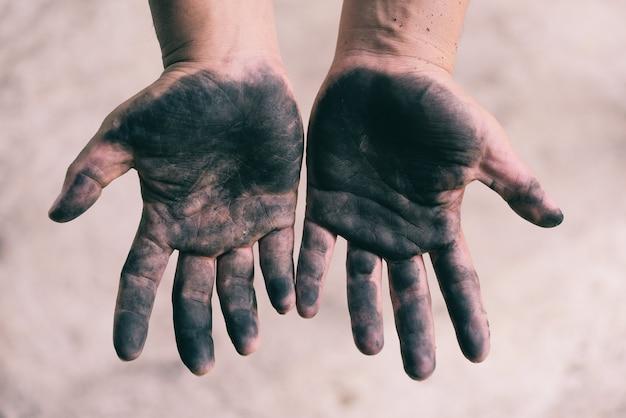 汚れた男性の手