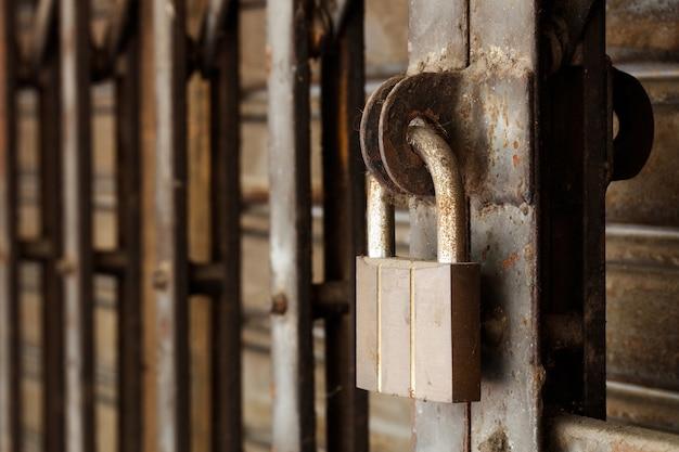 Грязный замок на ржавой стальной двери