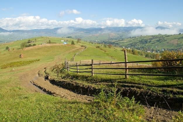 Грязная дорога на горном холме