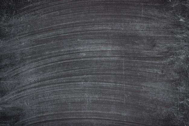 汚い学校の黒板。チョークの背景の痕跡がある黒板