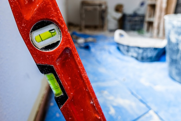 セメントの作業中に青い毛布の煉瓦工の汚れたツール。