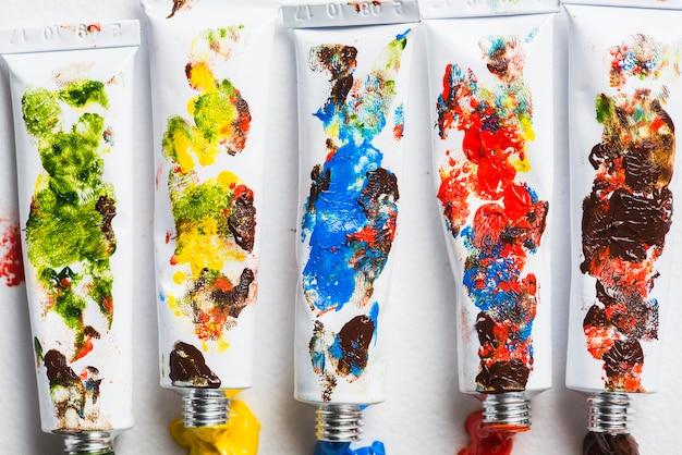 Tubi sporchi di vernice piacevole