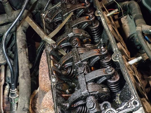 깨진 엔진 내부의 더러운 밸브와 엔진 캠축