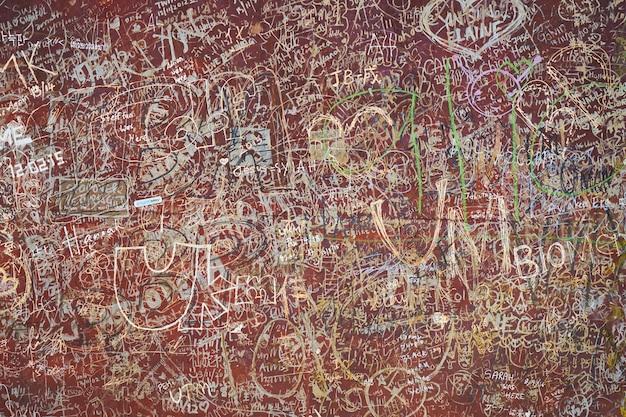 Muro sporco con graffiti