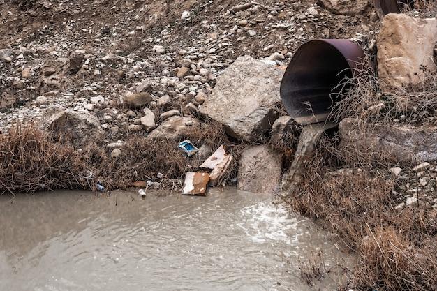 Грязные сточные воды из трубы, загрязнение окружающей среды