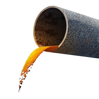 Грязная вода вытекает из ржавой трубы
