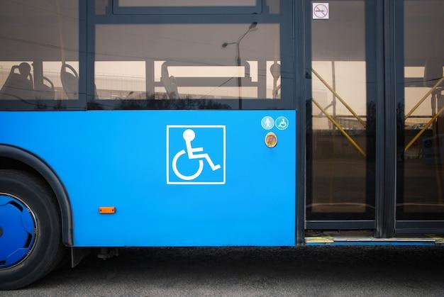 버스 문 옆에 있는 장애 및 노인 아이콘