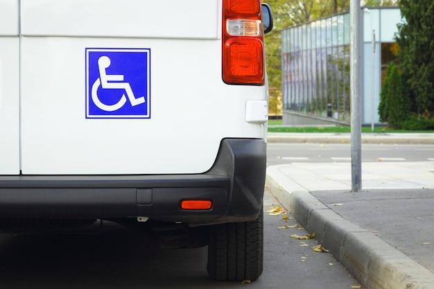 미니밴 뒷문에 있는 장애인 표지판, 대중 교통 접근성