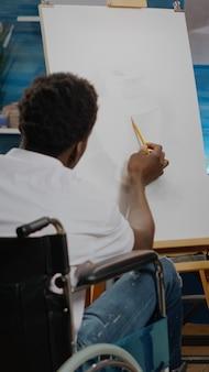 描画に取り組んでいる障害のあるアフリカ系アメリカ人アーティスト