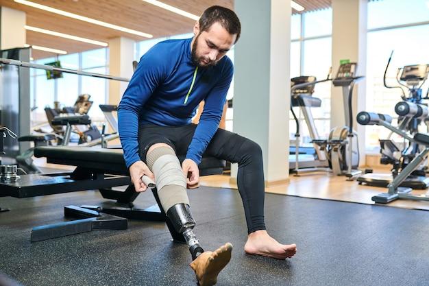 Спортсмен с ограниченными возможностями в спортзале