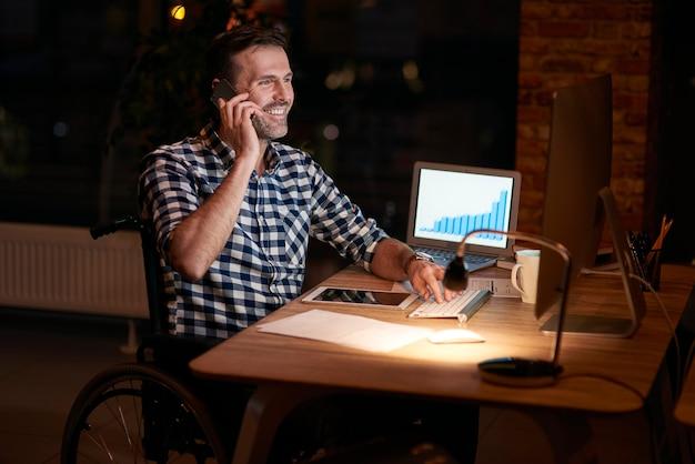 Бизнесмен-инвалид, работающий в офисе