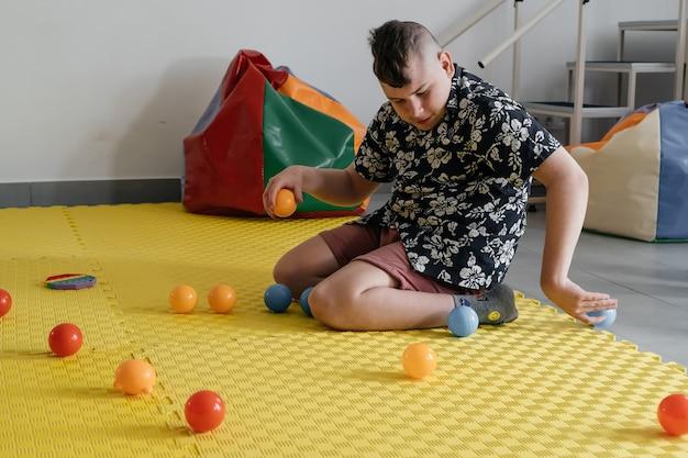 おもちゃのリハビリテーションで感覚活動をしている障害児