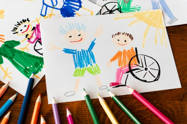 Vista alta del bambino e dell'amico disabile