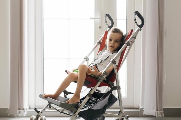 車椅子やベビーカーで大きなベビーカーにアクセスできる障害児