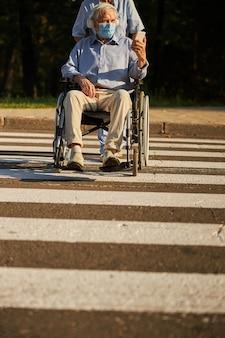 도로에 휠체어에 장애인 노인