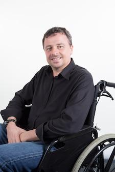 車椅子対麻痺のハンサムな男を無効に