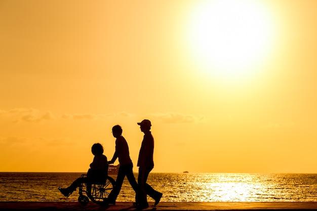 Инвалид в инвалидной коляске. силуэты