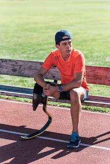 休憩中の障害者アスリート。パラリンピックスポーツコンセプト。