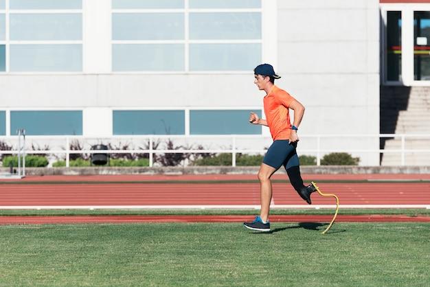 義足を使った障害者アスリートのトレーニング。障害者スポーツの概念