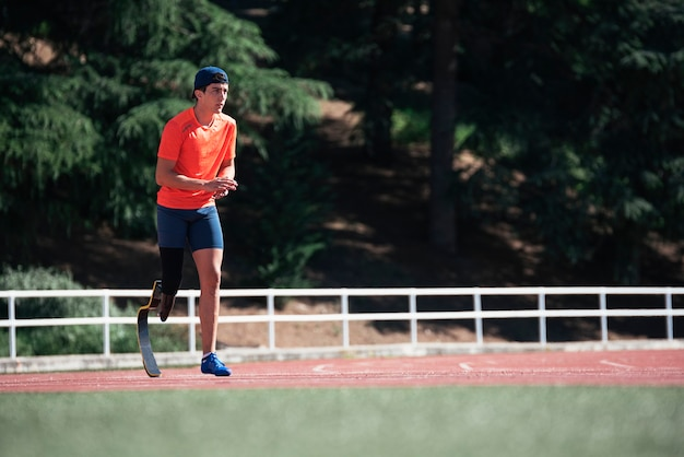 다리 의지와 장애인 남자 선수 훈련. 장애인 스포츠 컨셉
