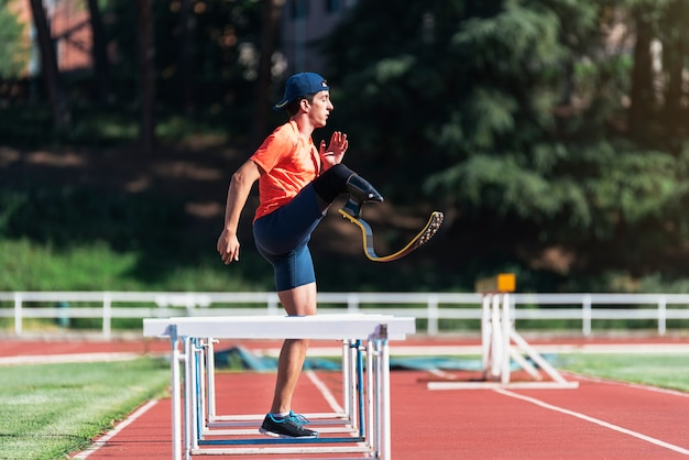 義足を使った障害者アスリートのトレーニング。パラリンピックスポーツコンセプト。