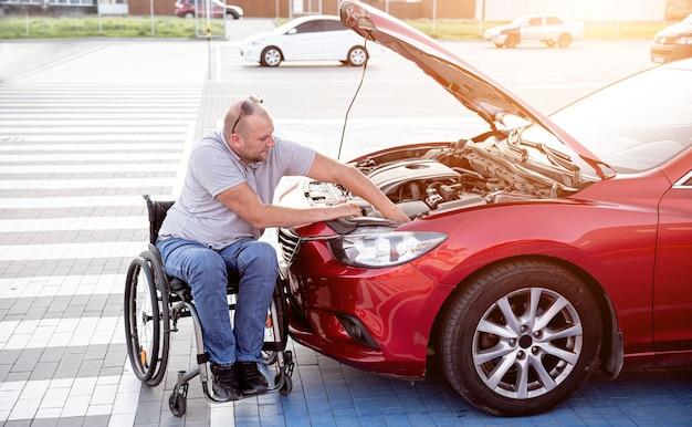 車いすチェックエンジンの障害者が駐車場で車を