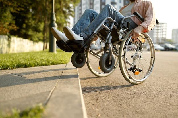 車いすの障害者が縁石を乗り越える