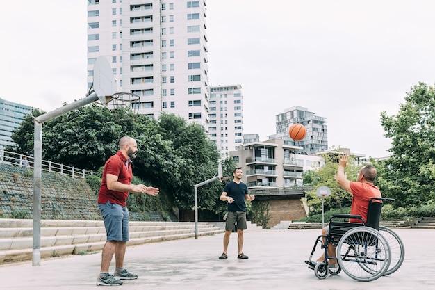 장애인 남자 친구와 함께 농구