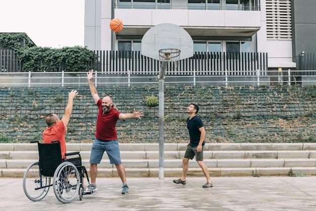 두 친구와 함께 농구하는 장애인 된 남자