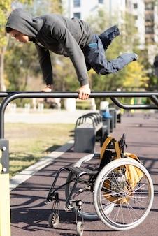 Colpo pieno di addestramento dell'uomo disabile