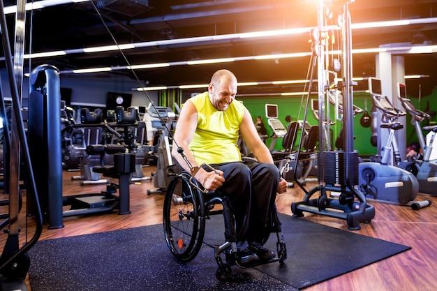 Тренировка инвалида в тренажерном зале реабилитационного центра