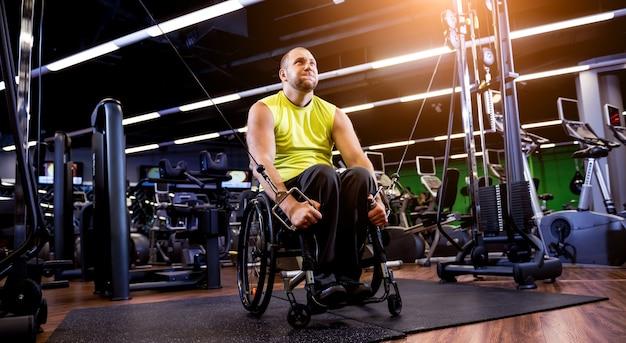 リハビリセンターのジムでの障害者トレーニング