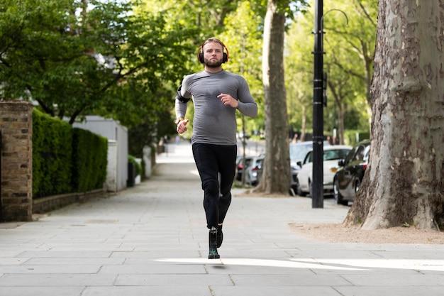 フルショットを実行している義肢を持つ障害者の男性