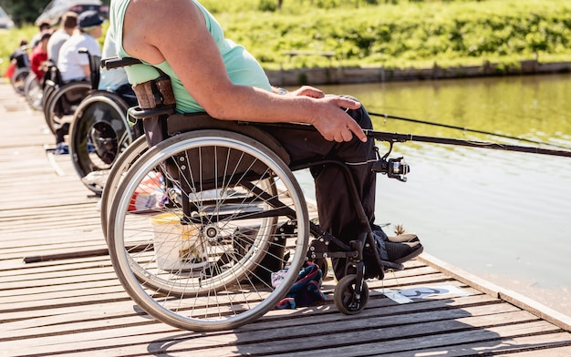 Инвалидное средство в инвалидной коляске на рыбалке
