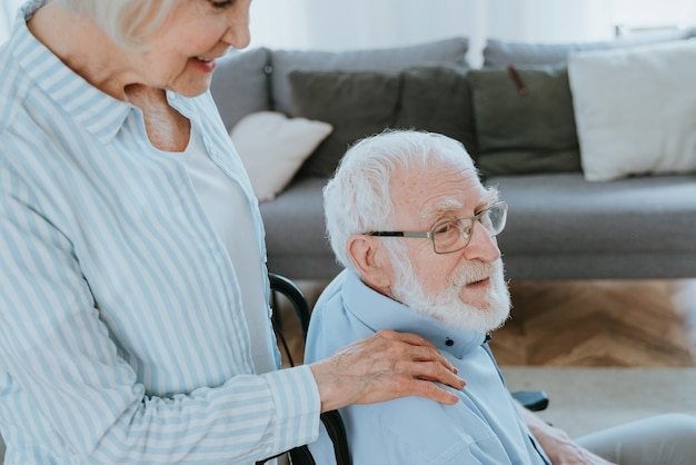 휠체어에 장애인 노인 가정 파트너 병원에서 돌아오는 수석 부부