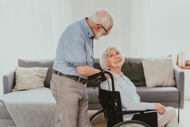 Старик-инвалид на инвалидной коляске старшая пара дома партнер возвращается из больницы