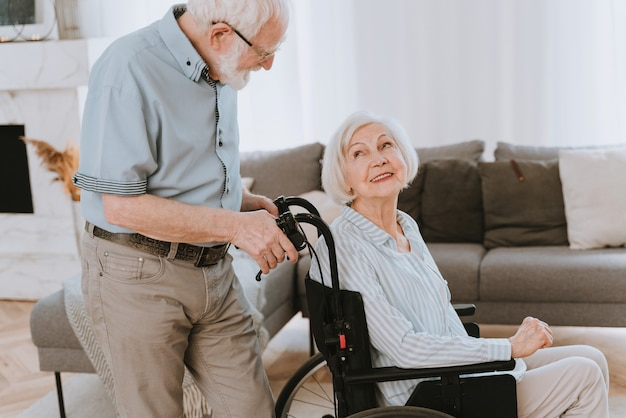 휠체어에 장애인 노부인, 병원에서 돌아오는 집 파트너의 수석 부부