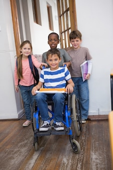 교실에서 그의 친구와 함께 장애 학생