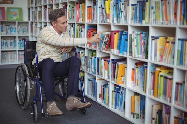 도서관에서 책을 선택하는 장애 학교 교사