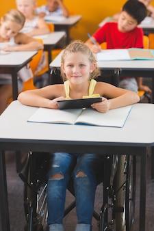 Инвалид школьница с помощью цифрового планшета