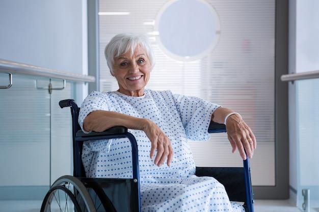 病院の病院の廊下で車椅子の高齢患者を無効に