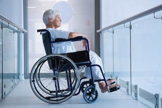 病院の通路で車椅子の高齢患者を無効に