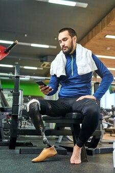 Спортсмен-инвалид с помощью своего смартфона