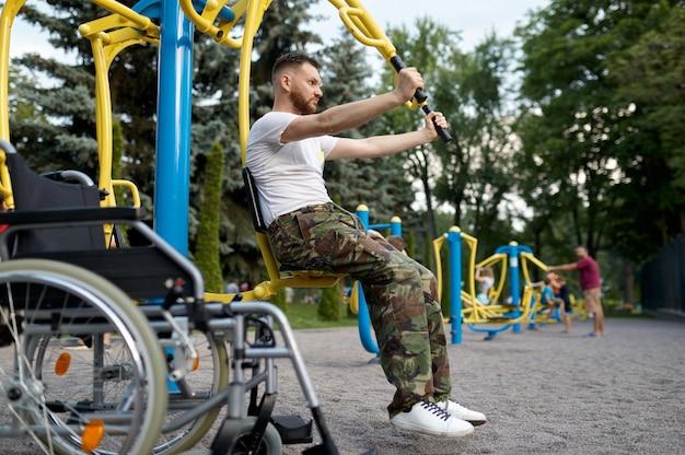 Ветеран-инвалид, спортивная тренировка в парке